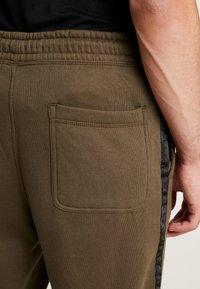 Cotton On - TRIPPY TRACKIE - Teplákové kalhoty - army green - 4