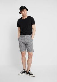Cotton On - WASHED - Szorty - black/white - 1