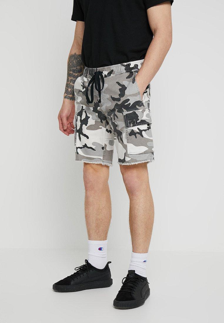Cotton On - CARGO - Shorts - greyscale camo