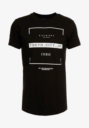 LONGLINE SCOOP HEM TEE - T-shirt con stampa - black/tokyo city