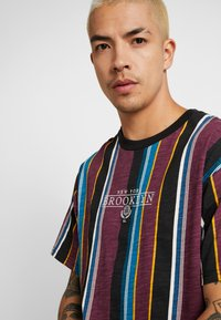 Cotton On - DOWNTOWN TEE - T-shirt con stampa - port wine/black/deep ocean/nugget gold/pearl - 4