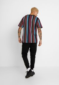 Cotton On - DOWNTOWN TEE - T-shirt con stampa - port wine/black/deep ocean/nugget gold/pearl - 2