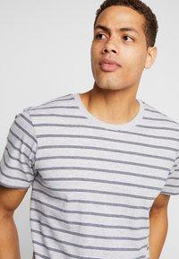 Cotton On - PREMIUM CREW - T-shirts med print - light grey marle/ink navy - 4