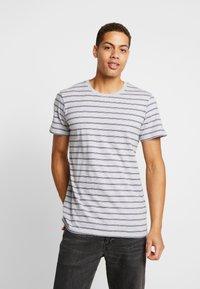 Cotton On - PREMIUM CREW - T-shirts med print - light grey marle/ink navy - 2