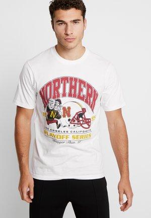 TBAR SPORT  - Print T-shirt - vintage white/playoff series