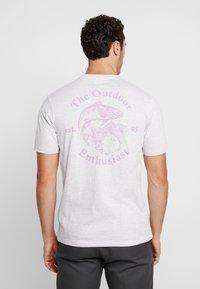 Cotton On - SOUVENIR - T-shirt med print - white marle/outdoors man - 2