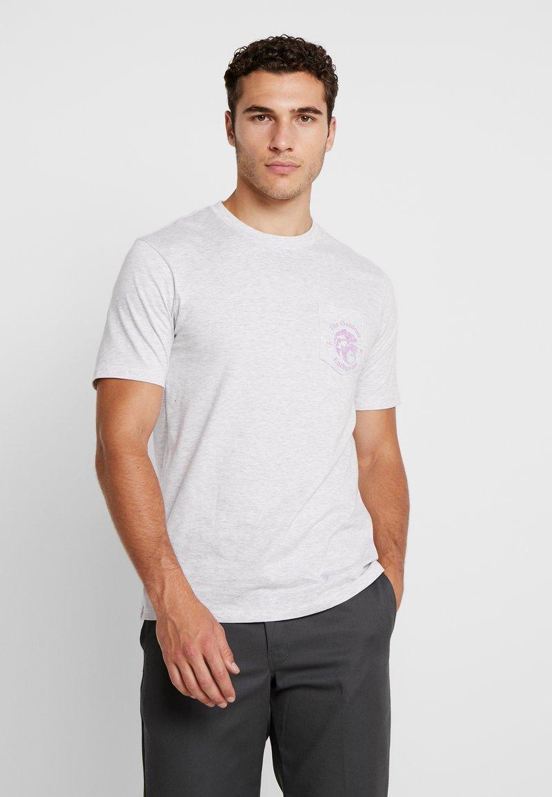 Cotton On - SOUVENIR - T-shirt med print - white marle/outdoors man