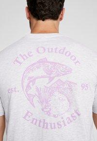 Cotton On - SOUVENIR - T-shirt med print - white marle/outdoors man - 5
