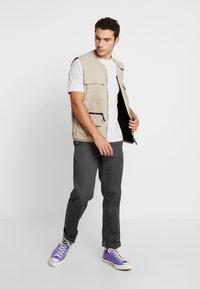 Cotton On - SOUVENIR - T-shirt med print - white marle/outdoors man - 1