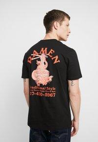 Cotton On - ART - T-shirt imprimé - black/traditional ramen - 2