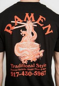 Cotton On - ART - T-shirt imprimé - black/traditional ramen - 5