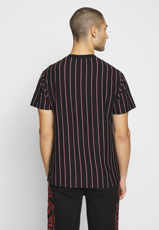 DOWNTOWN LOOSE FIT TEE - Print T-shirt - black/white/race red