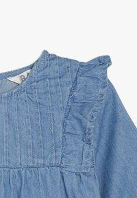 Cotton On - MATISSE LONG SLEEVE DRESS BABY - Jeansklänning - mid blue wash - 3