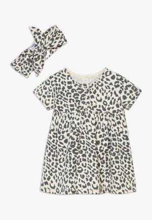 BUNDLE MILLY SHORT SLEEVE DRESS & TIE HEADBAND SET - Robe en jersey - caramel marle summer ocelot