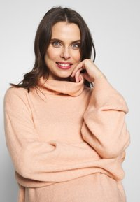 Cotton On - MATERNITY SLOUCHY ROLL NECK - Jersey de punto - rose smoke