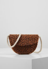 Cotton On - CROSSBODY SADDLE BAG - Umhängetasche - brown - 0