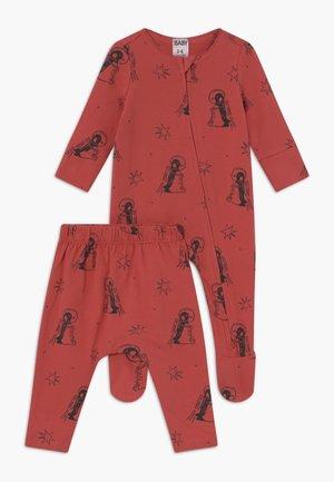 BABY BUNDLE GIFT BAG SET - Dárky pro nejmenší - red brick