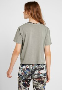 Cotton On Body - ACTIVE PLACEMENT - T-shirt imprimé - steely shadow - 2