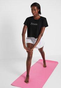 Cotton On Body - ACTIVE PLACEMENT - Camiseta estampada - black - 1