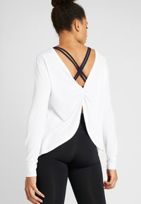 Cotton On Body - BACK TWIST LONG SLEEVE - Strikkegenser - white - 2