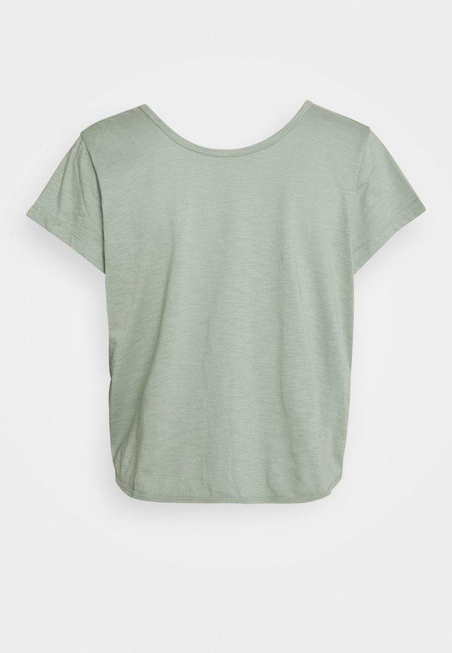 LIFESTYLE TWIST BACK TEE - Print T-shirt - washed aloe