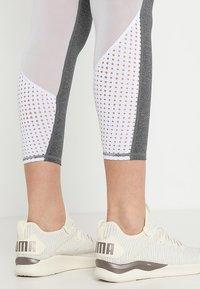 Cotton On Body - MOVEMENT PANELLED - Medias - concrete marle/white - 3