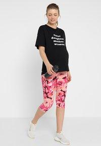 Cotton On Body - MATERNITY PRINTED CORE CAPRI - 3/4 sports trousers - pink - 1