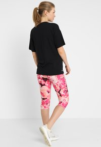 Cotton On Body - MATERNITY PRINTED CORE CAPRI - 3/4 sports trousers - pink - 2