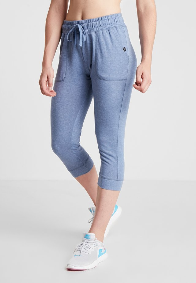 CROPPED GYM TRACKPANT - 3/4 sports trousers - faded denim