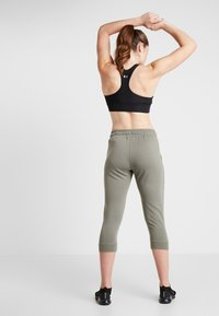 Cotton On Body - CROPPED GYM TRACKPANT - Pantalón 3/4 de deporte - steely shadow