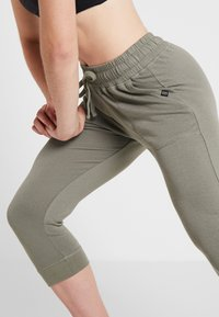 Cotton On Body - CROPPED GYM TRACKPANT - Pantalón 3/4 de deporte - steely shadow - 3