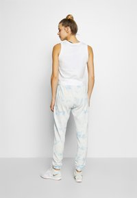 Cotton On Body - WASHED GYM TRACKPANT - Joggebukse - blue tie dye - 2