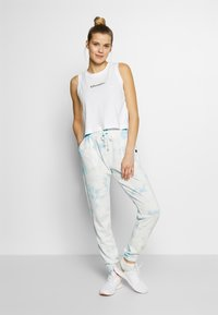 Cotton On Body - WASHED GYM TRACKPANT - Joggebukse - blue tie dye - 1