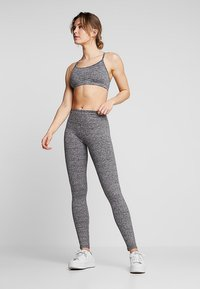 Cotton On Body - WORKOUT YOGA CROP - Urheiluliivit - salt & pepper - 1