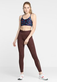 Cotton On Body - WORKOUT YOGA CROP - Sport BH - painted leopard navy - 1