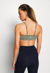 Cotton On Body - WORKOUT YOGA CROP - Sport BH - fern green - 2