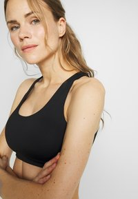 Cotton On Body - WORKOUT CUT OUR CROP - Sport BH - black - 3
