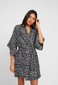 Cotton On Body - KIMONO GOWN - Dressing gown - splatter daisy/black - 0