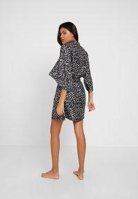 Cotton On Body - KIMONO GOWN - Dressing gown - splatter daisy/black - 2