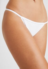 Cotton On Body - FLAT ELASTIC BRIEF 3PACK - Thong - white - 4