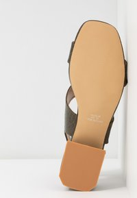 co wren wide fit - Sandals - green - 6