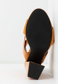 co wren wide fit - Sandály na vysokém podpatku - mustard - 6