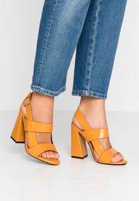 co wren wide fit - Sandály na vysokém podpatku - mustard - 0