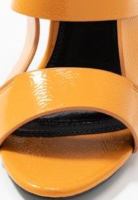 co wren wide fit - Sandály na vysokém podpatku - mustard - 2