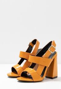 co wren wide fit - Sandály na vysokém podpatku - mustard - 4