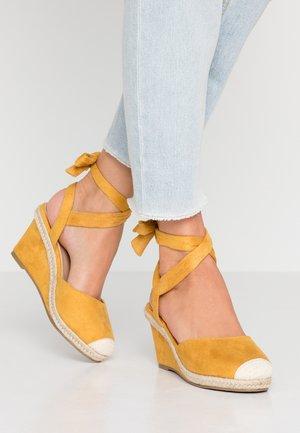 Sandály na klínu - mustard