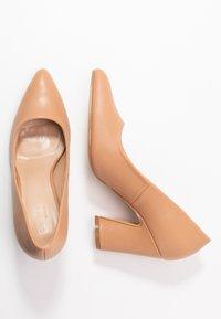 co wren wide fit - WIDE FIT - Zapatos altos - beige - 3