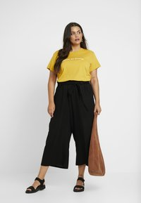Cotton On Curve - GRAPHIC TEES - T-shirt con stampa - pollen yellow - 1
