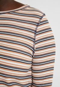 Cotton On Curve - GIRLFRIEND LONG SLEEVE - Long sleeved top - nicola multi/camel - 5