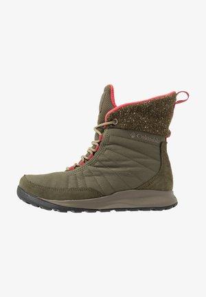 NIKISKI - Winter boots - nori/daredevil